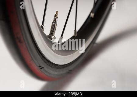 Rennsport Straße Fahrrad Rad Felge Speichen und Ventil - Stockfoto