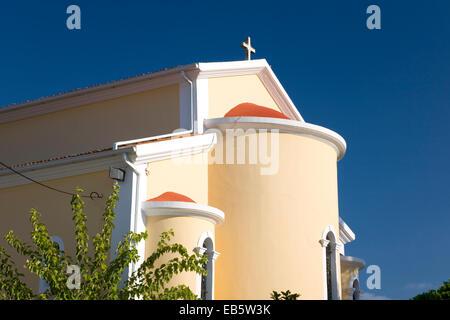 Sarakinado, Zakynthos, Ionische Inseln, Griechenland. Sonnenbeschienenen Fassade eine bunte Dorfkirche. - Stockfoto