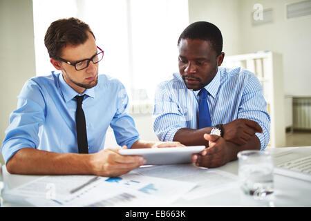 Zwei Kollegen witching etwas auf touchpad - Stockfoto