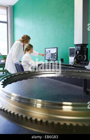 Techniker inspizieren Flugzeuge Komponente. Messung eines Stückes im CMM. Messmaschine zu koordinieren. Innovative - Stockfoto