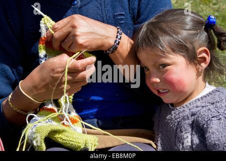 Ecuador, Salinas, ´paramo´ Hochland, Verde Pampa Gemeinschaft, Frau stricken. - Stockfoto