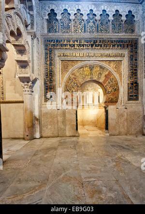 CORDOBA, Spanien - 28. März 2014: Innenansicht des La Mezquita mit Blick auf die exquisit eingerichtete Mirhrab - Stockfoto
