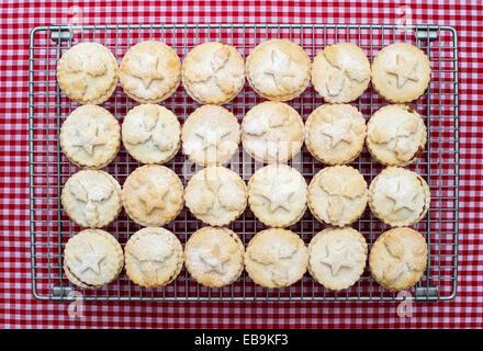 Gebackene Homemade Christmas Mince pies - Stockfoto