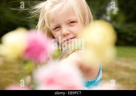 Junges Mädchen halten Blumen Stockfoto