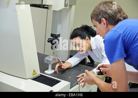 Schulungsraum. Schüler lernen in dreidimensionale Maschine gemessen. Messmaschine zu koordinieren. Innovative Messtechnik - Stockfoto