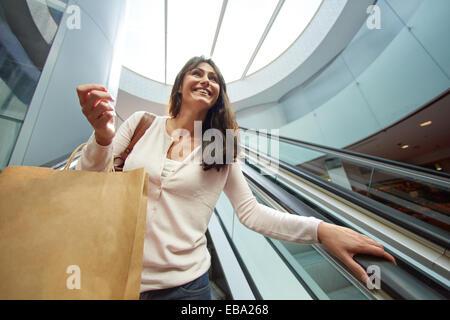 35 Jahre alte Frau auf Rolltreppen. Einkaufen auf dem Bretxa Markt. Donostia. San Sebastian. Gipuzkoa. Baskisches - Stockfoto