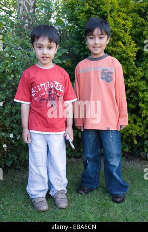 Porträt von zwei Brüdern in den Garten lächelnd, - Stockfoto