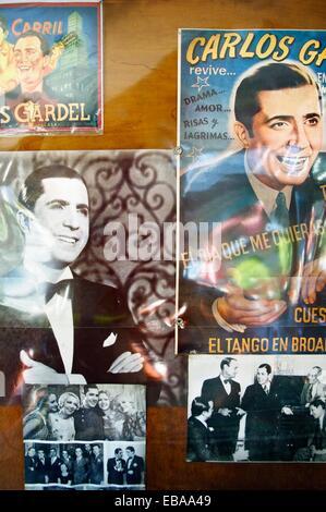 Tango-Erinnerungsstücke von Carlos Gardel in einer Bar, San Telmo Bezirk, Buenos Aires, Argentinien. - Stockfoto