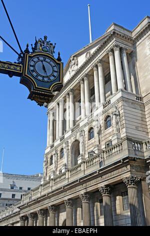 Reich verzierte Zifferblatt auf der Royal Exchange Gebäude mit Kolonnaden des Gebäudes über die Bank of England - Stockfoto