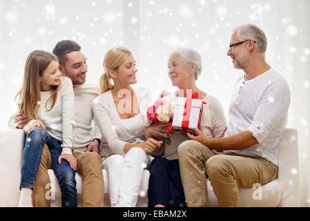 glückliche Familie mit Bündel und Geschenk-Box zu Hause - Stockfoto