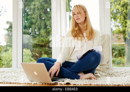 Frau von zu Hause aus arbeiten - Stockfoto