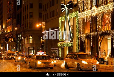 New York City, USA - 27. Dezember 2010: 5th Avenue verwandelt sich am Meer von Lichtern und Freude während der Winterferien.