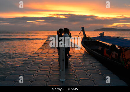 Küssen auf dem Pier, Pai Plong Bay, Ao Nang, Thailand - Stockfoto