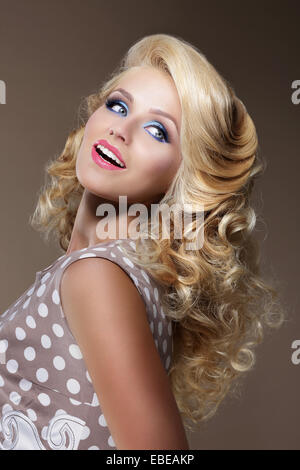 Glückliche Frau mit krausen blonden Haaren nachschlagen - Stockfoto