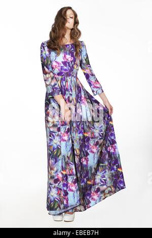Minimalismus. Die Einfachheit. Frau im bunten leichten Sommerkleid over White Background Stockfoto