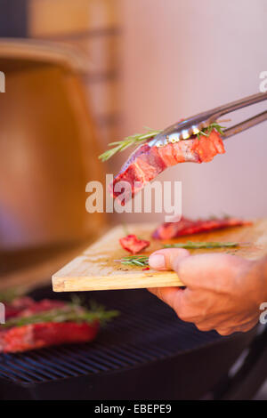 mann gartengrill grill steak flamme fleisch kochen stockfoto bild 134011405 alamy. Black Bedroom Furniture Sets. Home Design Ideas