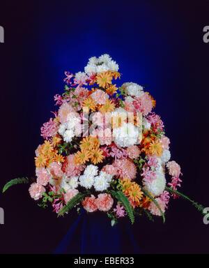 Blumenarrangement mit Chrysanthemen Stockfoto