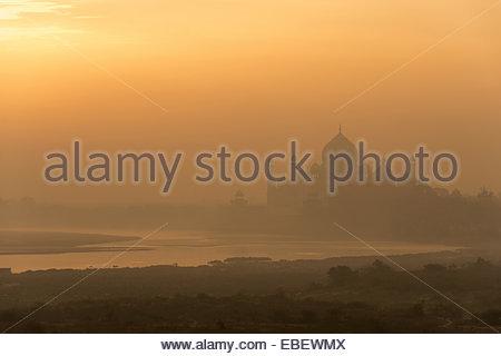 Goldenen Sonnenaufgang über Taj Mahal und Yamuna River in Agra, Indien - Stockfoto