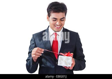 indische Geschäftsmann mit Geschenk - Stockfoto