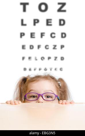 Lustiges Mädchen in Brillen mit Sehtafel - Stockfoto