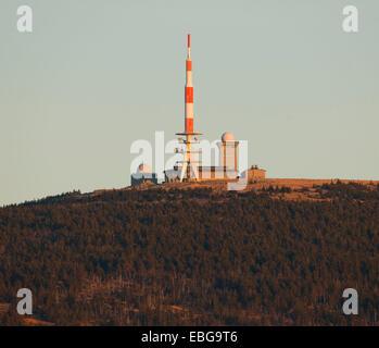 Gipfel-Plateau der Brocken Berg mit einem Antennenmast und Brockenhaus, gesehen vom Torfhaus, Nationalpark Harz, - Stockfoto