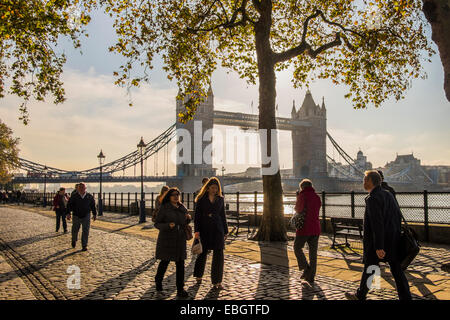 Menschen zu Fuß auf den Steinen gepflasterte - London - Stockfoto