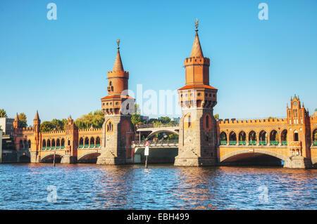 Oberbaumbrücke in Berlin, Deutschland an einem sonnigen Tag - Stockfoto