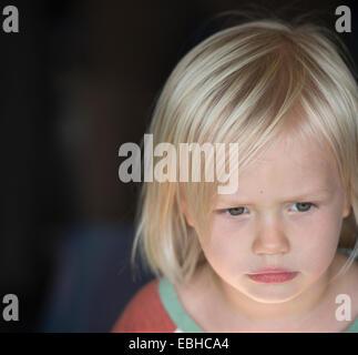 Kleiner Junge mit blonden Haaren, Porträt - Stockfoto
