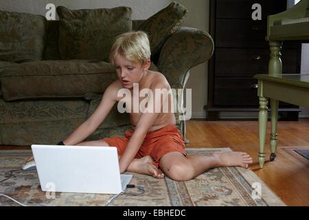 Boy mit Laptop im Wohnzimmer - Stockfoto