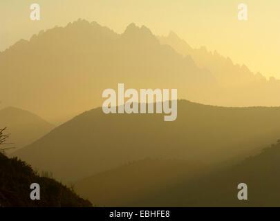 Silhouette nebligen Berge bei Sonnenuntergang, Korsika, Frankreich - Stockfoto