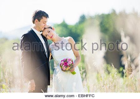 Porträt des frisch verheirateten Mitte erwachsenes paar im park - Stockfoto