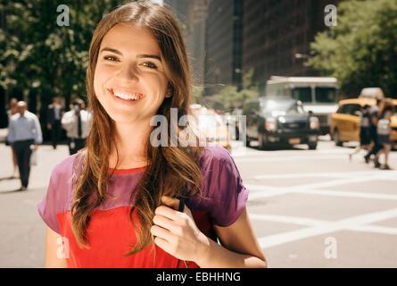 Junge Frau mit langen braunen Haaren in inzwischen - Stockfoto