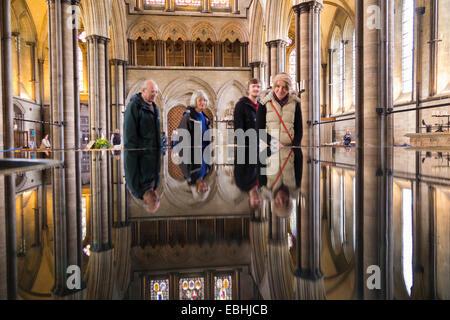 """Besucherzentrum Reflektion / Reflexion / reflektieren in der Schriftart """"lebendiges Wasser"""". Kathedrale von Salisbury, - Stockfoto"""
