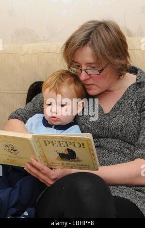 Eine Mutter ihr Kind eine Geschichte bereit. - Stockfoto