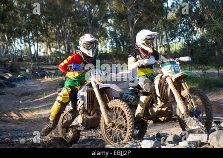 Zwei junge männliche Motocross-Fahrer im Wald - Stockfoto