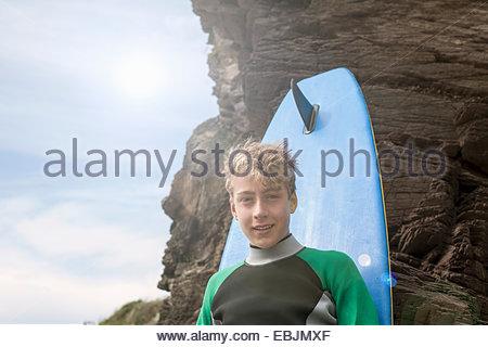Teenager gelehnt Surfbrett - Stockfoto