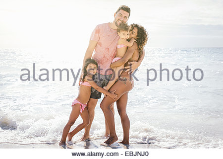 Porträt des Paares mit zwei Mädchen am Strand, Toskana, Italien - Stockfoto