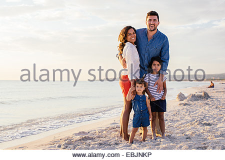 Porträt des Lächelns paar mit zwei Mädchen am Strand, Toskana, Italien - Stockfoto