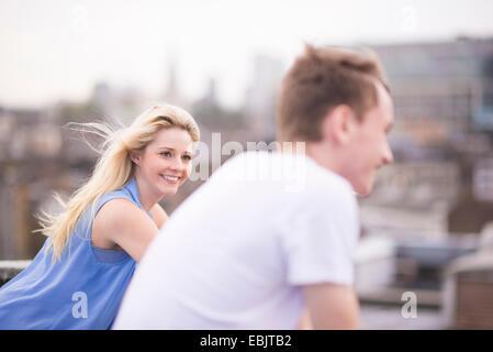 Paar, Fokus auf junge Frau - Stockfoto