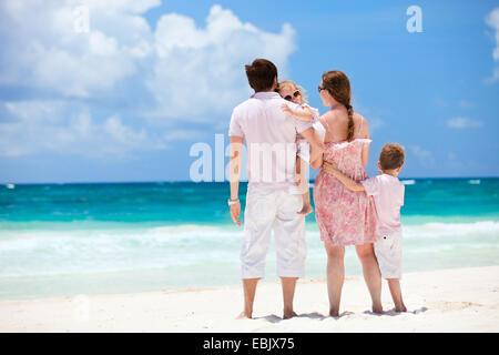 Familie mit zwei Kindern, genießen Sie den Blick auf Karibik-Strand, Mexiko - Stockfoto