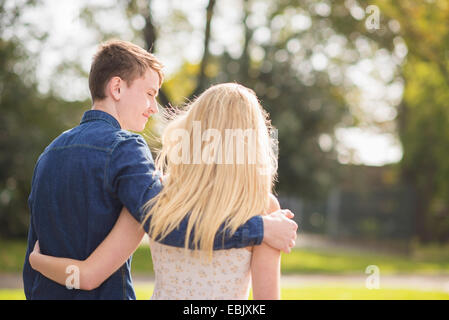 Rückansicht des romantischen junges Paar einen Spaziergang im park - Stockfoto