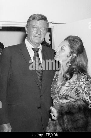 Academy Award ausgezeichneten Schauspieler John Wayne und seine Frau Pilar Pallete bei der Eröffnung des Theaters - Stockfoto