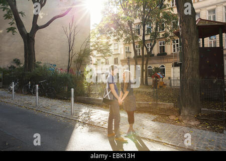 Junges Paar von Angesicht zu Angesicht auf Vorort Straße - Stockfoto