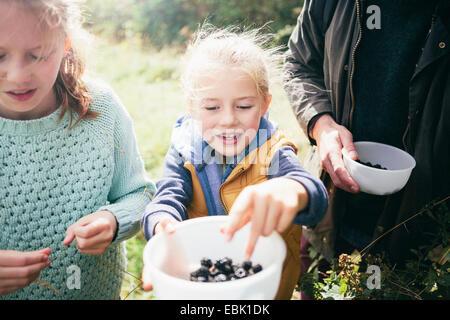 Zwei Mädchen mit Brombeeren in Schüssel - Stockfoto