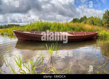 Alten Holzboot am See im Sommertag - Stockfoto