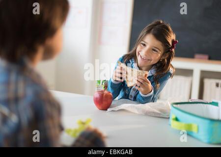 Schüler (6-7) Essen Mittagessen im Klassenzimmer - Stockfoto