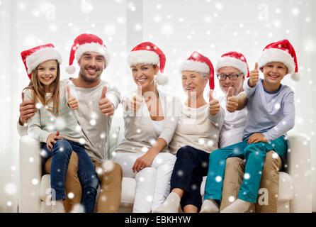 glückliche Familie sitzen auf der Couch zu Hause - Stockfoto