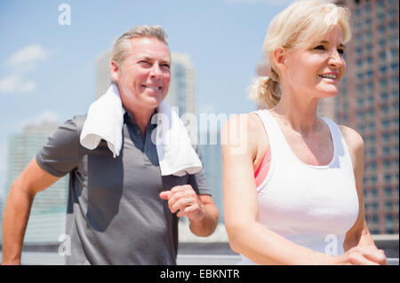 USA, New Jersey, Porträt von paar Joggen in Stadt - Stockfoto