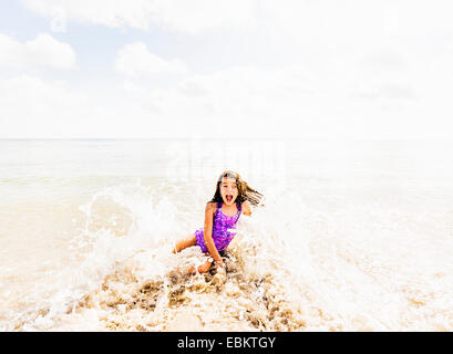 USA, Florida, Jupiter, Mädchen (6-7) Spaß im Wasser - Stockfoto