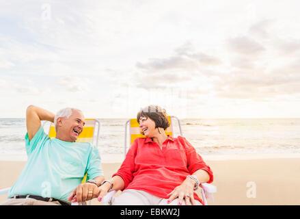USA, Florida, Jupiter, älteres Ehepaar Entspannung am Strand - Stockfoto